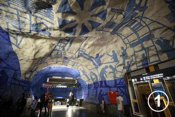 ストックホルムの地下鉄ホームのアート事業1