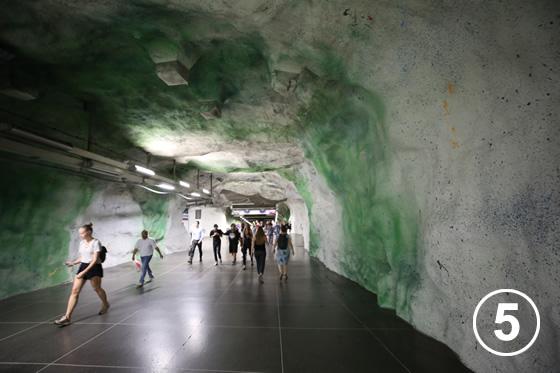 ストックホルムの地下鉄ホームのアート事業5
