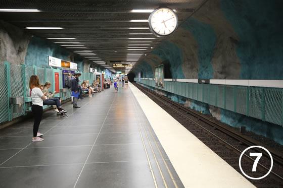ストックホルムの地下鉄ホームのアート事業7