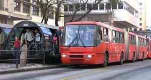 クリチバ市名物の3連結バス